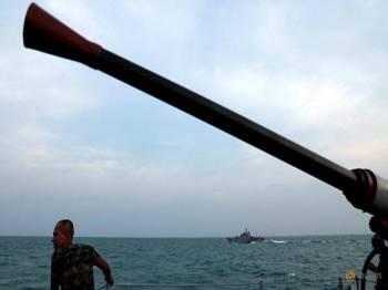Beberapa kapal tentera laut turut terlibat dalam operasi carian pada November lalu.