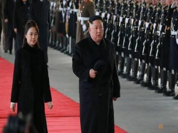Jong-un turut ditemani isterinya, Sol Ju ketika lawatan selama empat ke China bermula semalam.