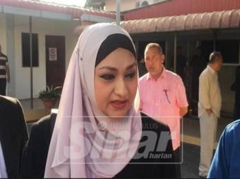 Thalia (tengah) ketika hadir di Mahkamah Sesyen Kangar mewakili anak guamnya.