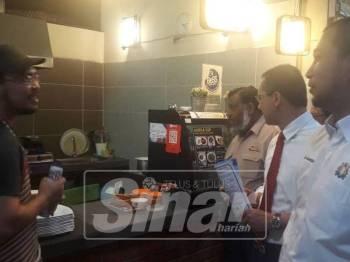 Dari kanan; Sahruddin, Amran dan Selahudeen ketika bertemu antara peniaga makanan di Plaza Larkin sambil mengedarkan risalah