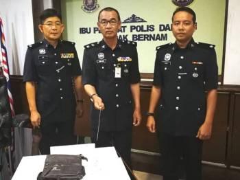 Nor Azmi (tengah) menunjukkan barang kes yang dirampas pada sidang media di Bilik Mesyuarat IPD Sabak Bernam, di sini.