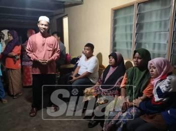 Sabri ketika menziarahi keluarga mangsa di Kampung Kuala Sungai Yan
