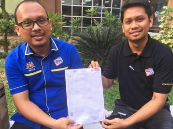 Pengarah JPN negeri, Norazle Sulaiman (kiri) bersama Ketua Bahagian Penguatkuasa JPN negeri, Nasrom Yusof menunjukkan salinan sijil kelahiran yang telah diubahsuai.