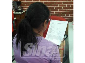 Rani menunjukkan laporan polis yang dibuat.