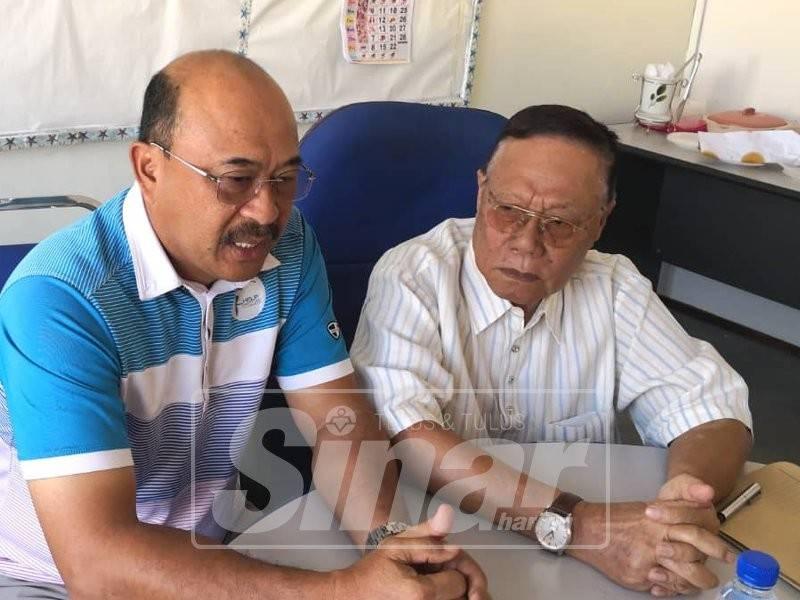 Abd Rahman (kiri) pada sidang media selepas menghadiri Mesyuarat Ladang Yayasan, semalam.