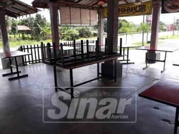 Keadaan di kedai makan milik Zuhaidi yang hanya tinggal meja selepas kesemua kerusi dicuri dalam kejadian Isnin lalu.