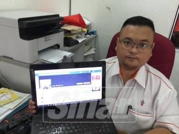 Chin Li menunjukkan Facebook lelaki berkenaan yang didakwa menipu wanita tersebut.