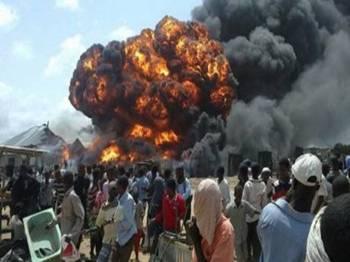 Kepulan asap jelas kelihatan selepas dron AS menggugurkan bom di kawasan yang didakwa markas Al-Shaabab di Somalia.