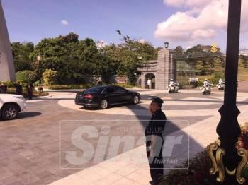 Kenderaan rasmi yang membawa Perdana Menteri tiba di Istana Bukit Serene, sebentar tadi.