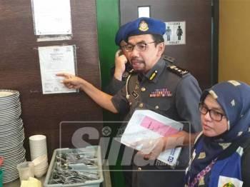 Azman melakukan pemeriksaan dalam operasi terbabit.