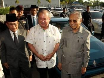 Sultan Ibrahim bersama (tengah) Dr Mahathir dan Menteri Besar, Datuk Osman Sapian di hadapan kereta Proton Saga yang dipandu baginda ke Senai.