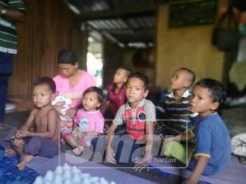 Rosmini bersama tujuh anaknya yang masih kecil dan perlukan perhatian ketika ditemui di kediamannya di Kampung Bukit Pauh, Gual Ipoh.