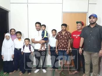 Azmizam (empat, kanan) menziarahi keluarga kanak-kanak terbabit, pagi tadi.