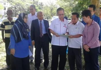 Boon Chye diberi taklimat ringkas mengenai cadangan pembinaan Klinik Kesihatan Bukit Sentosa.