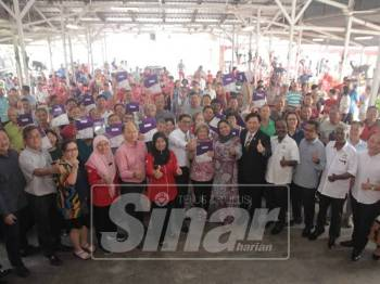 Ahmad Faizal (tujuh, kiri) bersama penerima selepas menyerahkan Notis 5A kepada 49 penduduk. - Foto Pejabat Menteri Besar Perak
