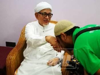 Abdul Hadi menerima kunjungan unit media kerajaan negeri di kediamannya, hari ini.