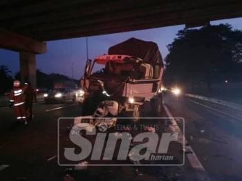Kemalangan menyebabkan pemandu treler terbabit meninggal dunia di lokasi kejadian.