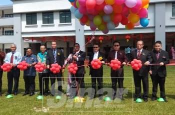 Ahmad Faizal (enam, kiri) menyempurnakan gimik perasmian bangunan pentadbiran sekolah berkenaan.