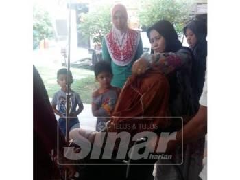 Ahli keluarga  Noraziah membawa mangsa ke Hospital Setiu sejurus kejadian itu.