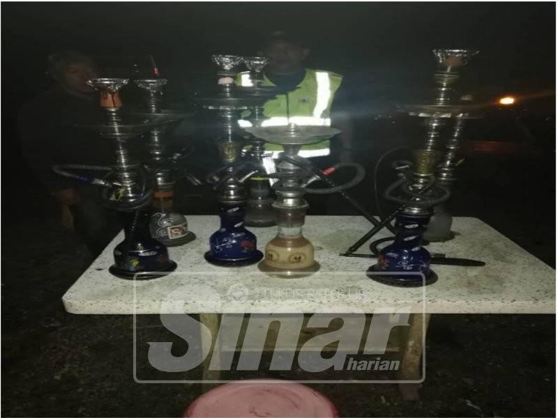 Bahagian Penguatkuasa MDT menyerbu kedai makan yang menjual shisha di Wakaf Bharu dan merampas peralatan shisha.