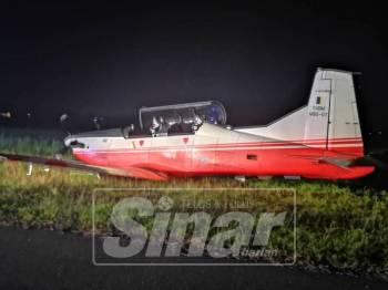 Keadaan pesawat Pilatus PC-7 MK II selepas pendaratan cemas di landasan KTU, malam tadi.