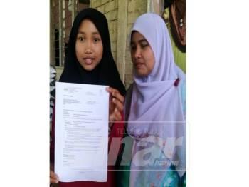 Nurul Syafika menunjukkan surat tawaran MRSM yang diterimanya.