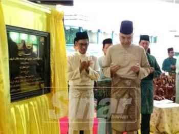 Sultan Nazrin Shah membaca doa selepas menyempurnakan perasmian Sambutan Jubli Emas Masjid Sultan Idris Shah, hari ini.