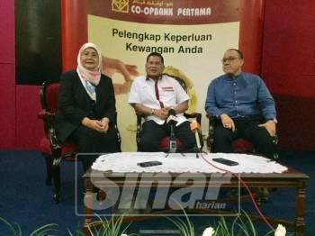 Ketua Pegawai Eksekutif Co-opbank Pertama, Mohd Noor Abd Razak (tengah) ketika sidang media di Maktab Koperasi Malaysia di sini, hari ini.