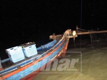 Bot rawa sorong bersama 30kg ikan baja yang dikesan menjalankan aktiviti menangkap ikan tanpa lesen di perairan Pulau Kalumpang, malam tadi.