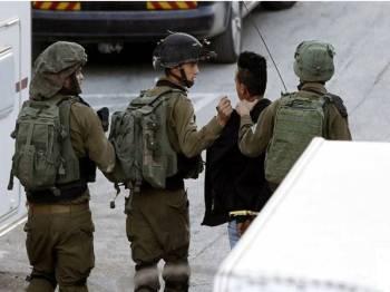 Tentera Israel menveroboh perkampungan Betunia dan menahan dua remaja dalam sebuah masjid.