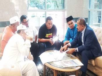 Abu Bakar Yahya berbincang dengan wakil Gabungan NGO Melayu Malaysia yang mengemukakan memorandum meminta Perdana Menteri memastikan tiada campur tangan politik dan kerajaan dalam pemilihan Yang di-Pertuan Agong dan Timbalan Yang di-Pertuan Agong di Pintu Masuk Utama, Bangunan Perdana Putra, Putrajaya, semalam.