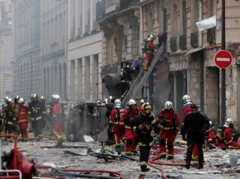 Impak letupan memusnahkan sebuah kedai roti di rue Trevise di daerah Grands Boulevards.