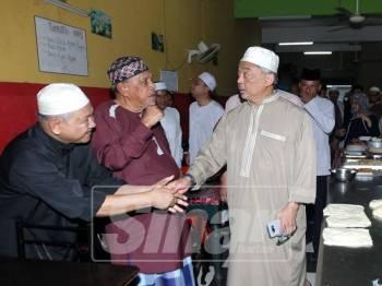 Sultan Abdullah beramah mesra bersama masyarakat yang hadir di Restoran D'Wafi, Taman Mahkota Putra, hari ini yang lazim dilawatinya selepas solat subuh.