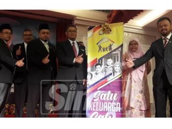 Dzulkefly (empat, kiri) menyempurnakan gimik perasmian Majlis Penyampaian Amanat 2019 bersama kira-kira 400 warga kerja Pejabat Setiausaha Kerajaan Johor Bahagian Perumahan dan Pembangunan Luar Bandar dengan slogan Satu Keluarga Satu Kediaman.