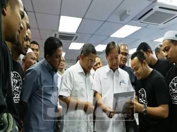 Halim (tiga, kanan) dan Dr Azman (tengah) mendapatkan pandangan daripada golongan penternak yang hadir pada majlis itu.