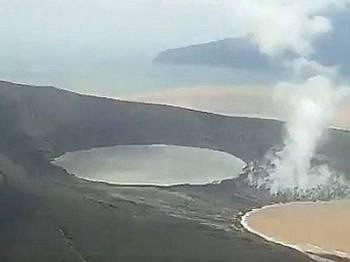 Imej Anak Krakatau yang dirakam Badan Pengurusan Nasional Bencana (BNPB) semasa tinjauan gunung berkenaan hari ini.