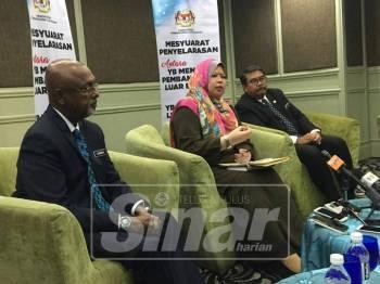 Rina (tengah) pada sidang media selepas menghadiri Mesyuarat Penyelarasan Antara Menteri Pembangunan Luar Bandar dengan Exco Luar Bandar, hari ini.