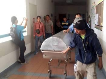 Jenazah bayi mangsa dera Aariz Harraz Zahin Azman, sembilan bulan, dibawa ke rumah mayat Hospital Sibu selepas menghembuskan nafas terakhir di pangkuan ibunya Hajijah Tahir pada 11.55 pagi.- Foto Bernama