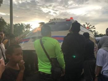 Kanak-kanak perempuan itu kemudian di hantar ke hospital berkenaan menggunakan ambulans untuk mendapatkan rawatan lanjut.-  Foto Bernama