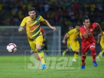Pemain import Kedah berjaya melepasi kawalan pertahanan Perak. - Foto AHMAD ZAKI OSMAN