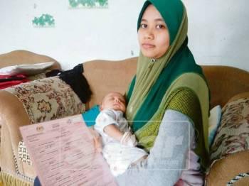 Salmah menunjukkan bayi dan sijil kelahiran yang telah didaftarkan.