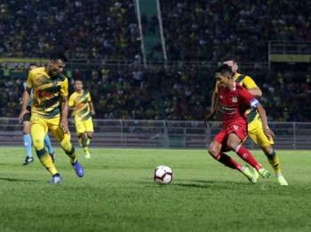 Pemain Perak, Norhakim Hassan cuba melepasi kawalan pertahanan Kedah, Rizal Ghazali. - Foto Perak FA