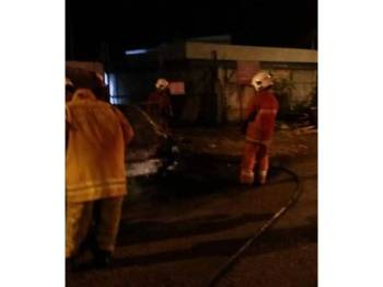 Anggota bomba membantu memadamkan kebakaran yang melibatkan lima buah kepala kereta (half cut) di Taman Bolton di sini lewat malam tadi. - Foto Facebook Pasukan Bomba Sukarela Gombak