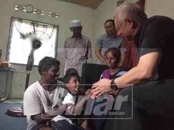 Najib bertemu keluarga Sukumarah di Padang Jawa.