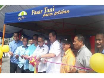 Sahruddin (empat, kanan) ketika Majlis Pelancaraan Myagrosis NBME Peringkat Johor di PMJB.