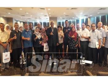 Mahfuz (tengah) bersama Majikan-Majikan PKS Zon Utara selepas majlis dialog bersama beliau di sebuah hotel petang tadi.