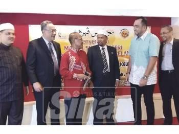 Wan Roslan (tiga, kanan) hadir ketika Penyerahan MSN Kelantan kepada kerajaan negeri serta Penyerahan Tugas Pengerusi Majlis Sukan Negeri dan Majlis Jasamu Dikenang di Kota Bharu, semalam.