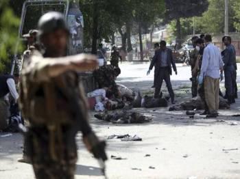 Mangsa terbaring di jalan susulan insiden letupan bom kereta di Kabul, semalam. - Foto AP