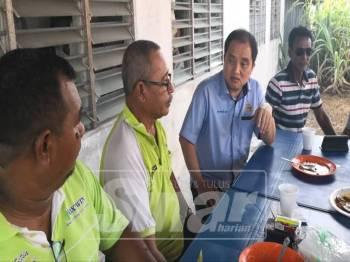 Suee Lim meluangkan masa bersarapan pagi bertemu penduduk di Parit 9 Ban 2, Sekinchan, di sini.