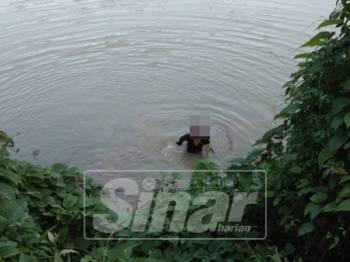 Penduduk  sempat  merakam gambar suspek yang berada di tepi sungai sambil memegang sebilah golok sebelum dia dikhuatiri lemas di Sungai Besut petang semalam.